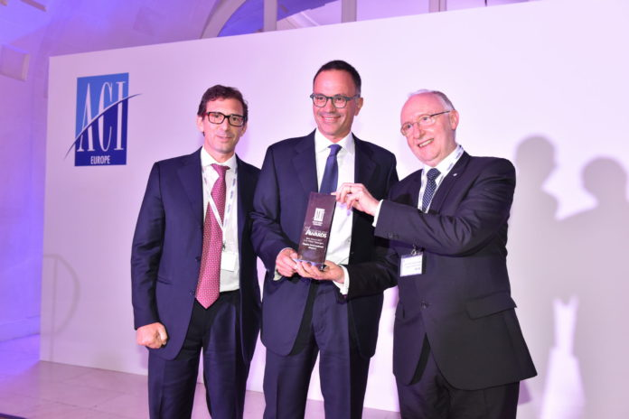 Da sinistra, Alessandro Fidato, Armando Brunini e Salvatore Sciacchitano_Aeroporto di Napoli premiato come miglior aeroporto europeo.