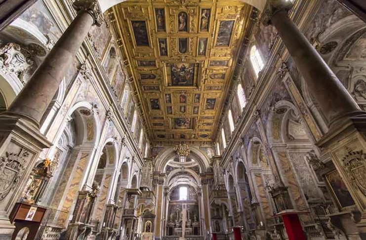 a navata della chiesa di Santa Maria La Nova a Napoli con il suo spettacolare soffitto ligneo (Ph. Daniele Di Lorenzo)